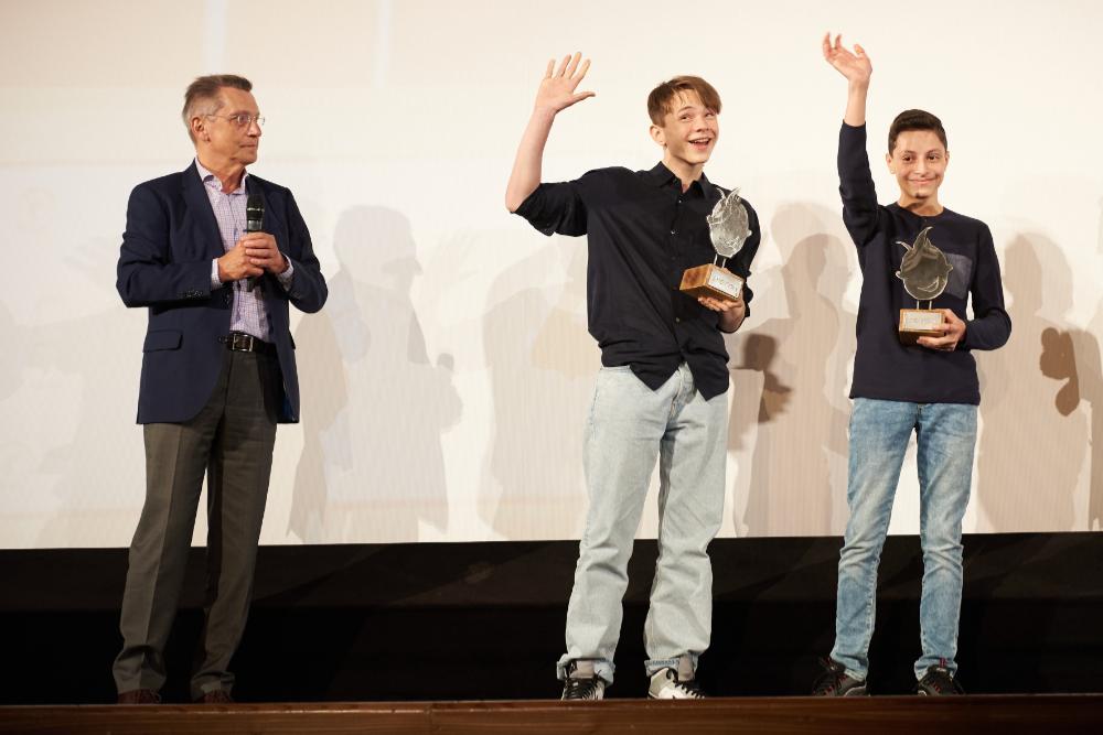 Hans-Georg Adam verleiht den EMO an die beiden Hauptdarsteller.