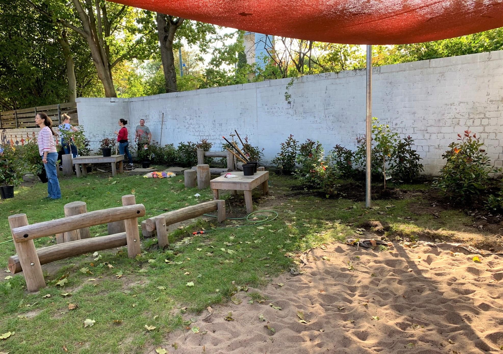 Die Mauer um das Kindergartengelände ist jetzt mit Pflanzen begrünt.